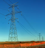 Torri elettriche e cavi di alta tensione Fotografie Stock