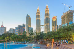 Torri gemelle alla notte, Kuala Lumpur, Malesia di Petronas Fotografia Stock Libera da Diritti