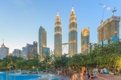 Torri gemelle alla notte, Kuala Lumpur, Malesia di Petronas Immagine Stock Libera da Diritti