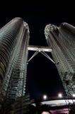 Torri gemelle di Petronas alla notte Fotografie Stock Libere da Diritti