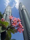 Torri gemelle di Petronas con i fiori nel foregroun Fotografia Stock Libera da Diritti