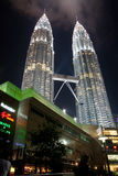 Torri gemelle di Petronas entro Night fotografie stock