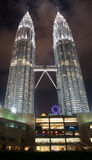 Torri gemelle di Petronas entro Night immagine stock