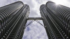 Torri gemelle di Petronas - punto di vista di Kuala Lumpur da terra fotografia stock