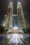 Torri gemelle in Kuala Lumpur di notte fotografie stock