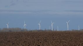 Torri giranti della turbina sul giacimento del mulino a vento archivi video