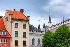 Torri grandi e piccola cooperativa a Riga Immagine Stock