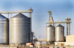 Torri industriali moderne del silo Immagini Stock