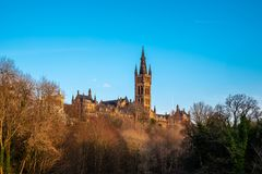 Torri maestose del theUniversity di Glasgow in Sun di sera tardi fotografie stock