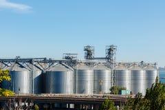 Torri moderne dell'essiccazione dei cereali nel porto di Odessa Immagine Stock