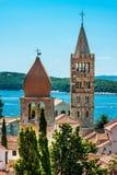 Torri su Rab Cathedral e sulla chiesa della st Justina Immagine Stock