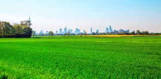 Torri verdi di Francoforte Germania della città e del campo Fotografie Stock