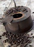 Torrificador de café velho na tabela de madeira Imagens de Stock
