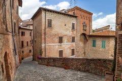 """Torrita, †de Itália """"22 de julho de 2017: Rua estreita típica velha na cidade antiga italiana Torrita Imagens de Stock Royalty Free"""