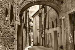 """Torrita, †de Itália """"22 de julho de 2017: Rua estreita típica velha na cidade antiga italiana Torrita Imagens de Stock"""