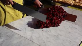 Torrone Siciliano - традиционное сицилийское хрупкое сделанное из еды улицы миндалины и карамельки сток-видео