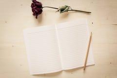 Torrt rosa och anteckningsbokpapper med blyertspennan Royaltyfria Foton