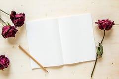 Torrt rosa och anteckningsbokpapper med blyertspennan Royaltyfri Bild