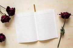 Torrt rosa och anteckningsbokpapper med blyertspennan Royaltyfria Bilder