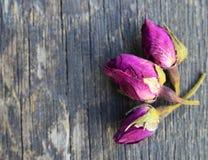 Torrt steg knoppblommor på den gamla trätabellen Asiatisk ingrediens för aromatherapyörtte royaltyfri foto