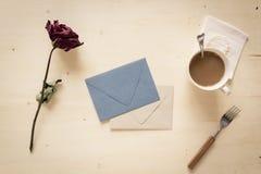 Torrt steg med den pappers- bokstaven och kaffe Royaltyfria Foton