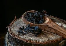 Torrt svart te på träbakgrund fotografering för bildbyråer