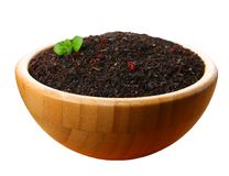 Torrt te för svart i en träbunke som isoleras på vit bakgrund Royaltyfria Bilder