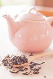 Torrt te i träsked med den keramiska kruset Royaltyfri Bild