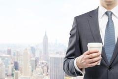 Torse de l'homme avec la tasse de café de papier à New York Photos stock