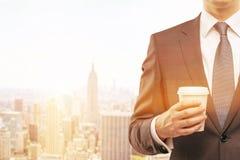 Torse de l'homme avec la tasse de café de papier à New York ensoleillé Images libres de droits
