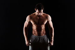 Torse musculaire et sexy du jeune homme ayant le gros morceau masculin parfait d'ABS, de biceps et de coffre avec le corps sporti Photographie stock