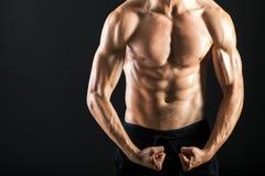 Torse musculaire fort de jeune homme sexy Photo libre de droits