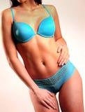 Torse sexy et de forme physique dans des dessous bleus Photos libres de droits