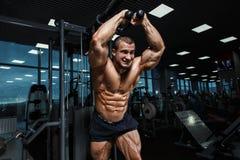 Torse sportif fort de bodybuilder d'homme montrant des muscles dans le gymnase Photographie stock