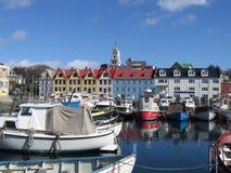 Torshavn hamn och kyrka, Faroe Island Arkivfoto