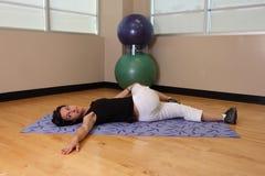 Torsión de la pierna de la yoga Fotografía de archivo libre de regalías