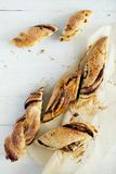 Torsion de la pâte feuilletée avec la pâte de chocolat-écrou Fin vers le haut photo libre de droits