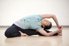 Torsion posée de yoga Photographie stock libre de droits