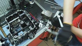 Torsione dell'ingegnere del meccanico un dado ad una forcella della direzione del motociclo stock footage
