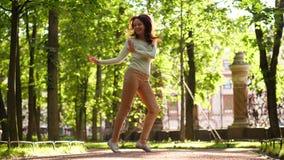 Torsione e salto di dancing della donna in parco archivi video