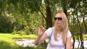 Torsioni della ragazza e giochi con i filatori, movimento lento video d archivio
