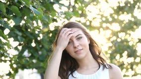 Torsioni sorridenti della ragazza cape e la sua mosca dei capelli via al rallentatore stock footage