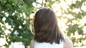 Torsioni sorridenti della ragazza cape e la sua mosca dei capelli via al rallentatore archivi video