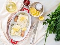 torskfiskfilé som lagas mat nytt i ugn med löken i porslin fotografering för bildbyråer