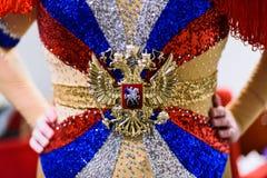Torso av travestiskådespelaren med ljusa bergkristallfärger av den ryska flaggan arkivbild