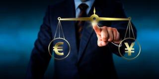 Torso che uguaglia l'euro alla pari con gli yuan Fotografie Stock