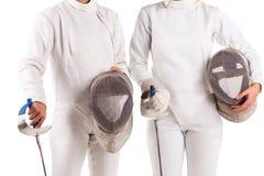 Torso de dois esgrimistas, em um uniforme, e em guardar uma máscara para cercar Isolado imagem de stock