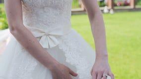 Torso de uma noiva no vestido branco vídeos de arquivo