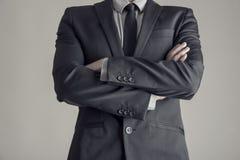 Torso de un hombre de negocios que se coloca con los brazos doblados Imagen de archivo libre de regalías