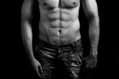 Torso del hombre muscular con el abdomen atractivo Fotos de archivo